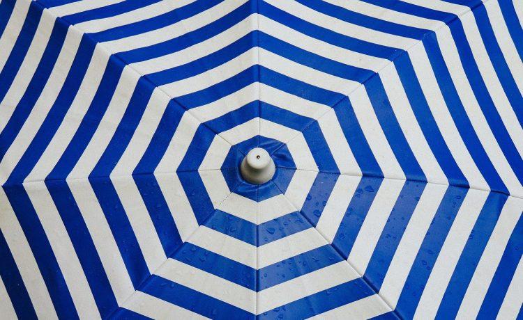 De grootste voordelen van een parasol in eigen tuin