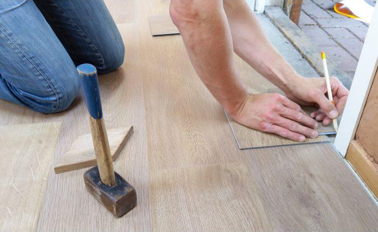 Zelf vloer leggen of uitbesteden De voor- en nadelen op een rijtje!